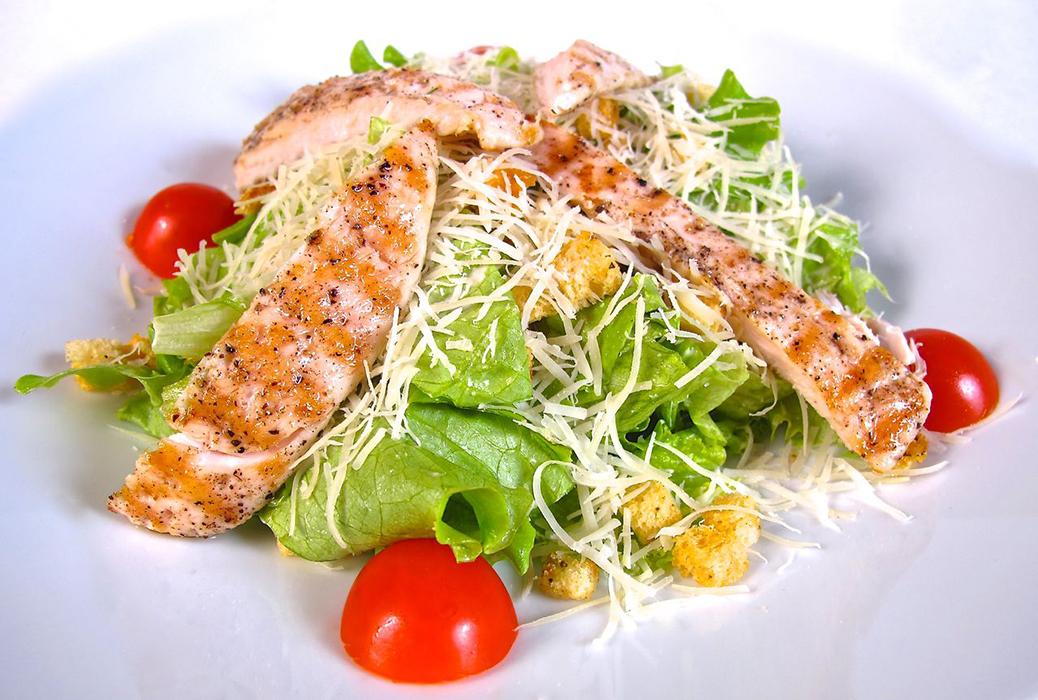 Салат цезарь сыр помидоры